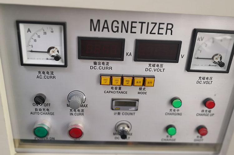 昨天和大家聊了磁力轮的失磁,今天我们来说一下磁力轮的充磁。 充磁,又叫着磁或磁化,是把本来没有磁金属,磁化成有磁的磁铁。 磁力轮的磁铁,我们加工生产出来之后,是没有磁铁,我们要把它变成磁铁,就需要用到下面的这个设备,充磁机和充面夹具。  那么充磁的原理是什么?是靠充磁机里有很大的电容,要先把电容充上电,然后在利用充磁夹具里的线圈,瞬间放电,产生很高的脉冲电流,这些脉冲电流在充磁夹具的线圈里产生了强大的磁场,然后把充磁夹具里的磁环永久的磁化。 磁力轮由于规格磁极很多,而且每个规格又有不同的磁极,这些不同磁